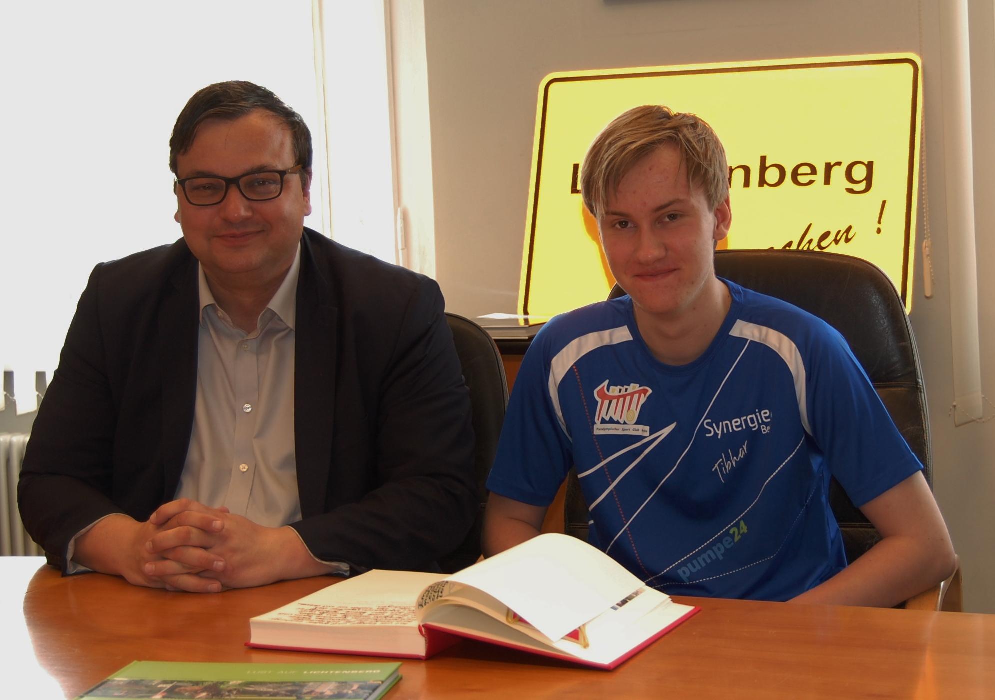 Maximilian Kröber verewigt sich im neuen Gästebuch des Bezirkes Lichtenberg